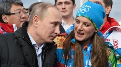 La pertiguista Yelena Isinbayeva, junto al presidente Vladimir Putin, en los Juegos de Sochi-2014