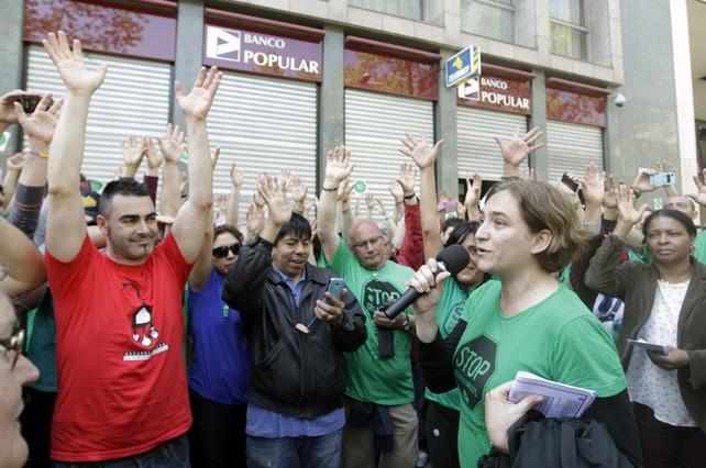 la pah bloquea 12 sucursales del banco popular en barcelona