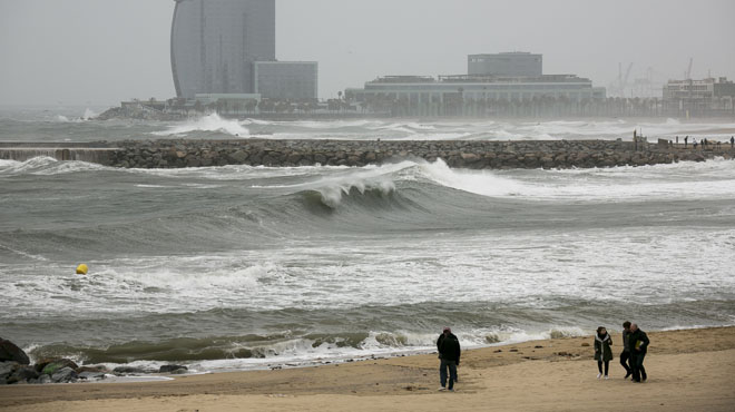 L'onatge està present ales platges de la capital catalana.