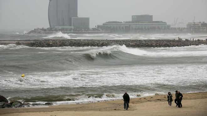 El oleaje está presente en las playas de la capital catalana.