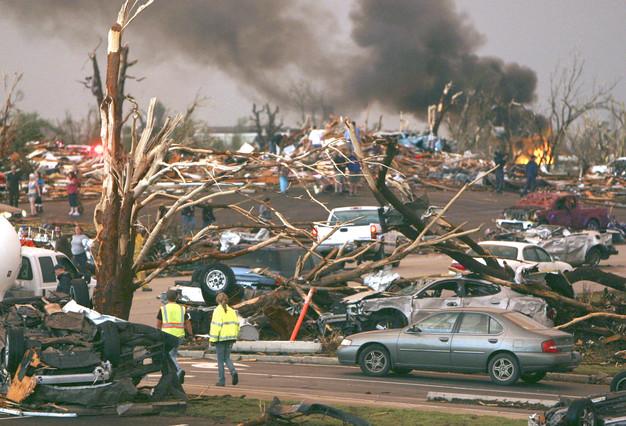 Personal de emergencia observan una parte de Joplin destrozada por un tornado que también ha provocado numerosos incendios en esta ciudad de Misuri, EEUU. MARK SCHIEFELBEIN | AP