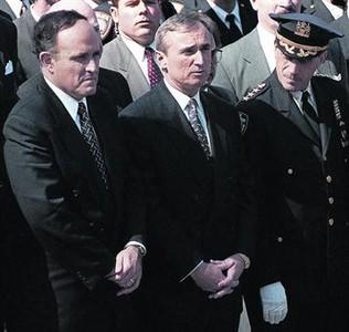 Rudolph Giuliani (izquierda) y William Bratton (centro), en el entierro de un policía, en marzo de 1996.