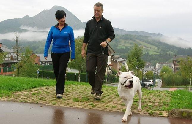 Urkullu pasea junto a su mujer y su perro por Durango (Vizcaya
