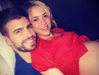 Shakira muestra su barriga de embarazada, junto a Piqué.