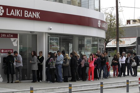 Colas ante una sucursal bancaria en Nicosia. REUTERS