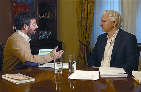 Jordi vole y Julian Assange, durante la entrevista que se podr ver esta noche en el programa 'Salvados'.