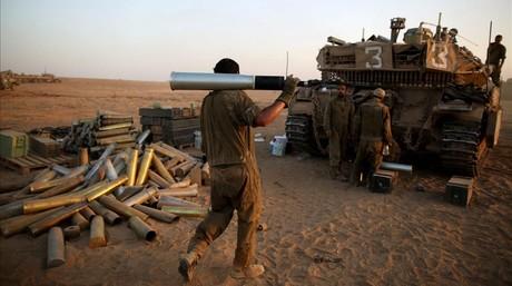 Un soldado israelí carga un obús para un tanque.