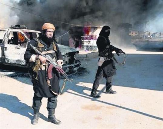 Dos miembros del ISIL, el pasado mes de enero, frente a un coche policial en llamas en Irak.