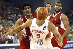 Reyes, tapado por el bal�n, en una acci�n del partido de anoche en Granada, con Pau Gasol al fondo.