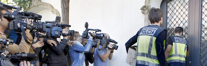Polic�as de la Unidad de Delitos Econ�micos entran en la casa de Oleguer Pujol, esta ma�ana.
