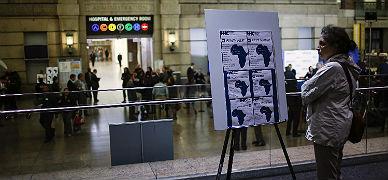 Una mujer ante un cartel con informaci�n sobre el �bola en el Hospital Bellevue de Nueva York donde est� incresado el doctor Craig Spencer.