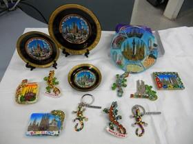 Algunos de los objetos falsificados con motivos de Antoni Gaudí.