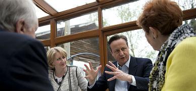 Cameron habla con votantes en el Secret Garden Caf� de Manchester.