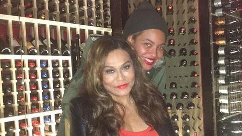 Beyoncé, con su madre Tina, durante la cena de cumpleaños de estaen el restaurante Del Frisco Grilles de Santa Mónica (California).