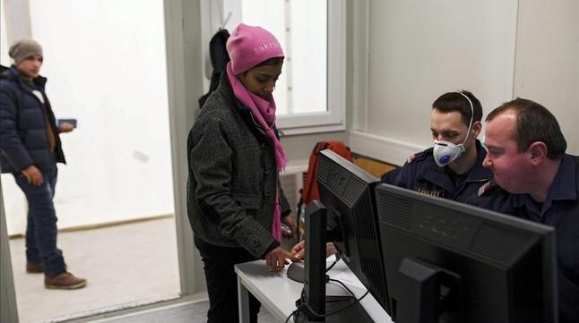 Una refugiada graba sus huellas digitales en un centro de la frontera con Eslovenia, en Spielfeld (Austria), este lunes.