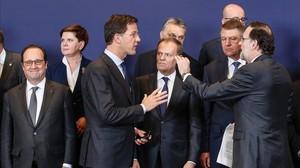 Preparativos de algunos de los dirigentes de la UE para la foto de familia.