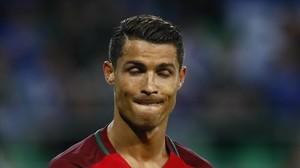 Ronaldo abandona abatido el campo tras el empate con Islandia.