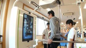 Paciente probando el robot asistente.
