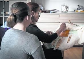 Gema B. D., en primer término, junto a su madre, ayer en su casa de Barcelona.