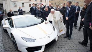 Papa Francisco con su nuevo Lamborghini Huracán