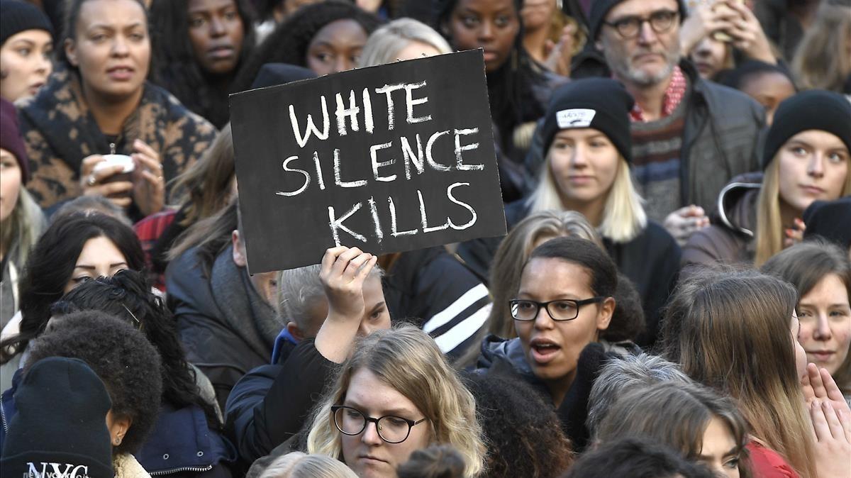 Manifestantes protestan contra la esclavitud denunciada en Libia, en Estocolmo (Suecia), el 25 de noviembre.