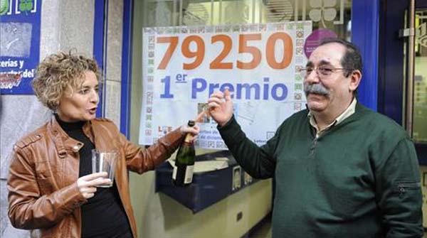 La grossa de la loteria de Nadal desborda d'alegria Pallejà