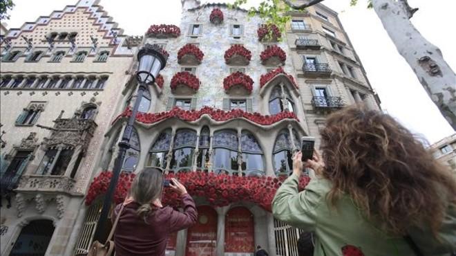 La façana de la Casa Batlló apareix coberta de roses