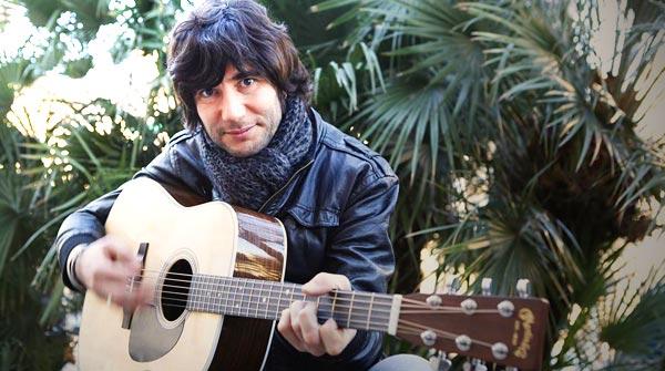 El cantautor catal�n canta en directo para EL PERI�DICO 'El carrer dels jocs florals'
