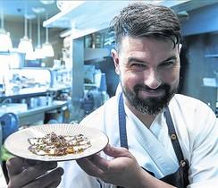 Borja Sierra, chef de Granja Elena, muestra sus sardinas.