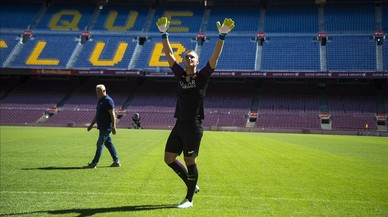 Cillessen saluda a los aficionados en el Camp Nou.