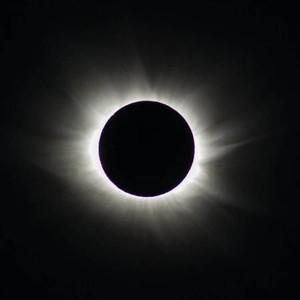 La oscura sombra de la Luna sobre Torshavn