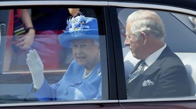 Denuncian a Isabel II y al príncipe Carlos por no llevar el cinturón en el coche