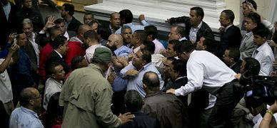Diputados del Gobierno y de la oposici�n discuten en una tensa sesi�n en el Parlamento de Venezuela, este domingo.