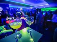 Jóvenes divirtiéndose en una discoteca.