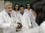 El doctor Daniel Muñoz utiliza el cráneo de Mengele en una clase de medicina forense en Sao Paulo.
