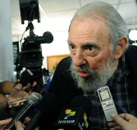 Fidel Castro reaparece en p�blico para votar en un colegio de La Habana