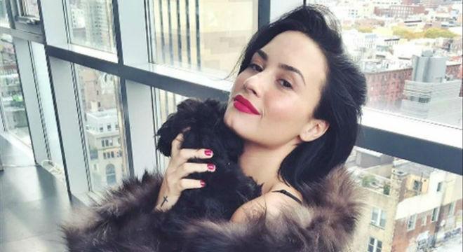 Una foto de Demi Lovato envuelta en pieles con su perro indigna a sus fans