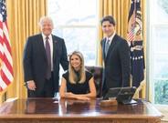 Ivanka Trump, sentada junto al presidente de EEUU y Justin Trudeau, de pie, en el Despacho Oval.