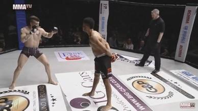 Joe Harding vacila a su rival con las manos en la espalda.