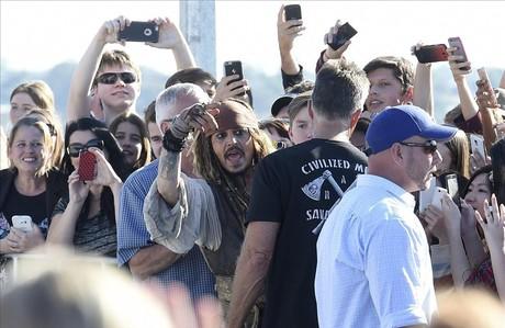 Deep saluda a los fans vestido con el atuendo de Jack Sparrow, personaje que interpreta en la saga 'Piratas del Caribe', en Australia.