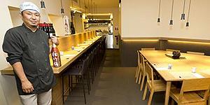 Kenji Ueno, en la barra del restaurante Aiueno