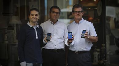 Los creadores de la aplicaci�n Esmasshopping, Oscar Espada, Toni Bosch y Fernando Merce, posan en una calle comercial de Sabadell.