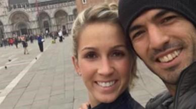 Luis Su�rez y su esposa, Sof�a Balbi, muestran su alegr�a en una plaza de San Marcos, Venecia, sin apenas turistas.