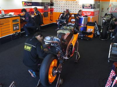 M�rquez espera que se caliente la pista mientras su mec�nicos preparan su Honda-2016