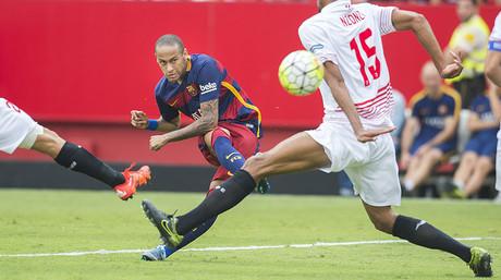 Neymar prova un xut per salvar l'oposici� de N�Zonzi, durant el Sevilla-Bar�a.