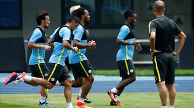 Pep Guardiola observa el entrenamiento de sus jugadores, el domingo pasado en Pek�n.