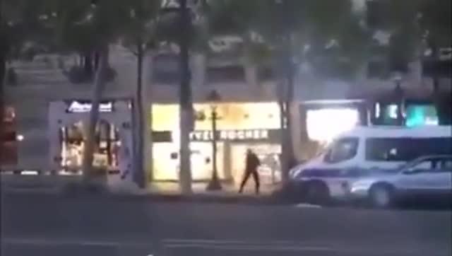 Un vídeo muestra como la policía abate al atacante de París