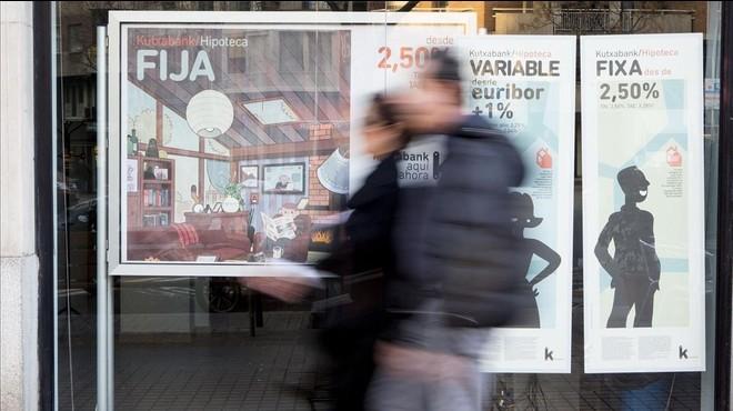 Publicidad de hipotecas fijas y variables en una oficina de Kutxabank en Barcelona.