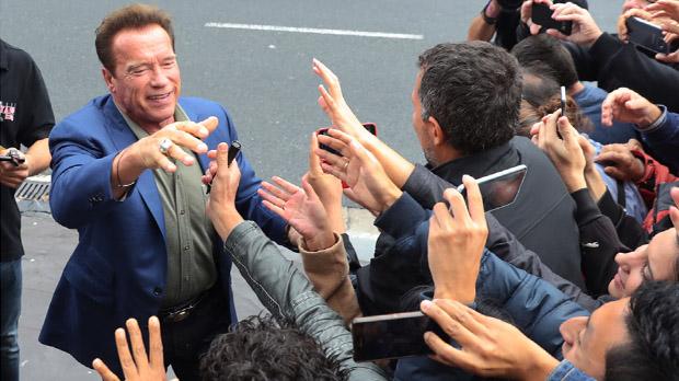 """San Sebastián recibe a Schwarzenegger al grito de """"Sayonara""""."""