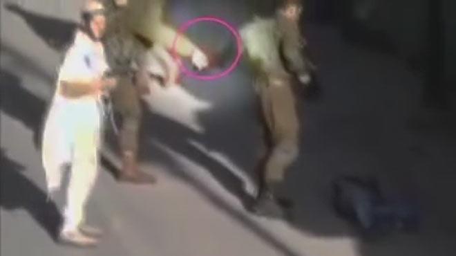 Un vídeo mostra dos soldats israelians deixant un ganivet al costat d'un cadàver d'un palestí